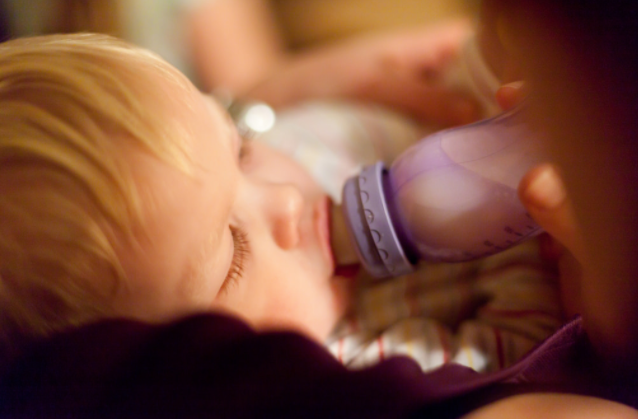 how to wean baby from breastfeeding to bottle